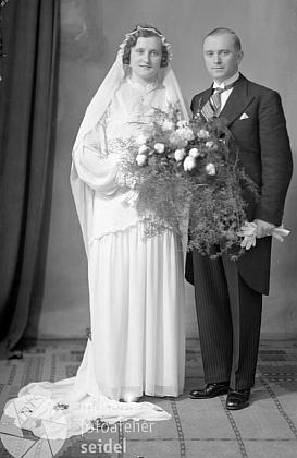 Ženich Ferdinand Andraschko v předpisovém žaketu na  na svatební fotografii zfotoateliéru Seidel v Českém Krumlově s datem 15. ledna 1936
