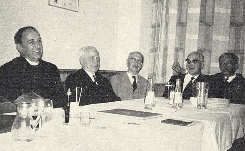 Ke 40. výročí své maturity na krumlovském gymnáziu se v roce 1964 takto sešel se svými někdejšími spolužáky a profesory v bavorském Rosenheimu (prvý zleva je tu u stolu zachycen Josef Dichtl, Ferdinand Andraschko sedí druhý zprava)