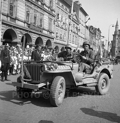Setkání generálů Rosse a Sokolovského na českobudějovickém náměstí, kde vidíme i nástup vojáků 12. sboru Pattonovy 3. armády