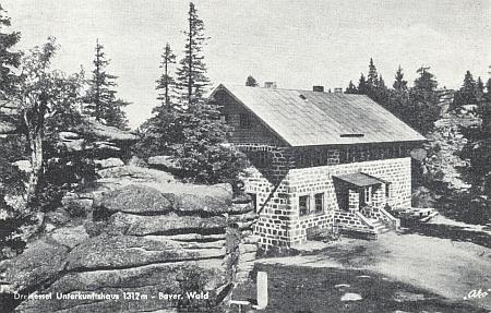 Chata na Třístoličníku na dvou starých pohlednicích