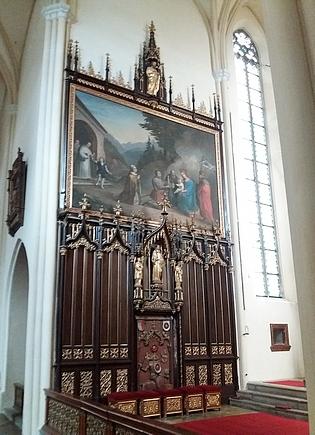Severní stěna presbyteria s náhrobkem a obrazem znázorňujícím zakládací akt klášter