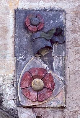 Rožmberský znak s helmem, pokryvadly aklenotem nad branou vyšebrodského kláštera...