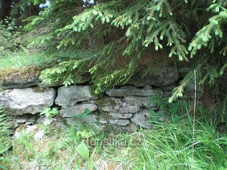 Zbytky zdiva jiného domu v Gsengetu