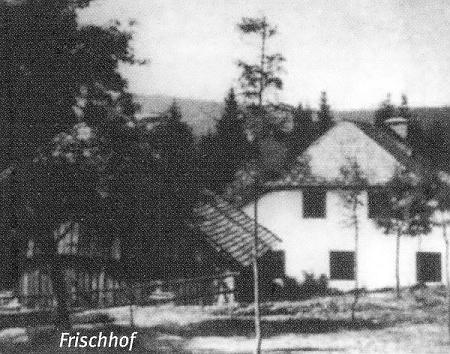 Frischhof čp. 1 na stabilním pozemku 83 je tu zachycen napravo, nalevo je čp. 7 na st. p. 84 - pohled míří odseverovýchodu