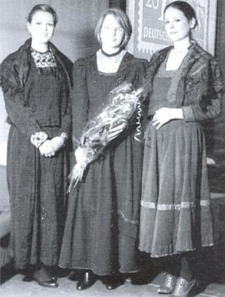 Tři kroje ze zaniklé vsi Bláto u Mladoňova z truhly prababičky tří dam, které je mají na sobě: byla to Pauline Haidingerová, roz. také Haidingerová z Benetschlagu čp. 2, narozená 1. března 1891 v Benetschlagu čp. 7 azesnulá 5. září roku 1966 v Michelfeldu u Heidelbergu ve spolkové zemi Bádensko-Württembersko
