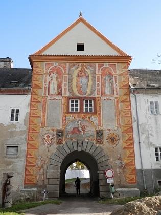 ... a brána samotná, kde byly v roce 2014 odkryty renesanční fresky