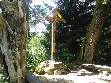 Kříž nad zaniklým Novým Údolím u cesty na Třístoličník