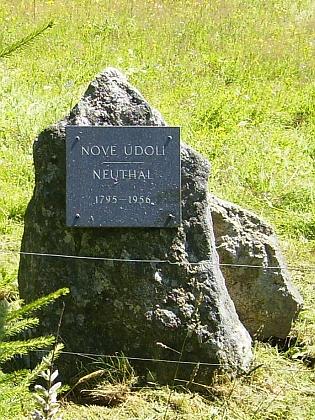 Pamětní kámen, připomínající zaniklou rodnou obec