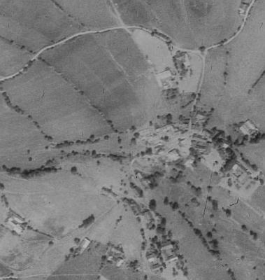 Letecké snímky Milešic z let 1952 a 2008 dokumentují zánik takřka celé obce