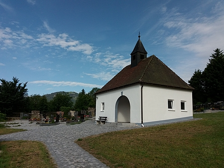 Jeho hrob v Bavorské Železné Rudě, kde se na obzoru za jehličnanem a hřbitovním plotem rýsuje mohutný obrys hory Javor