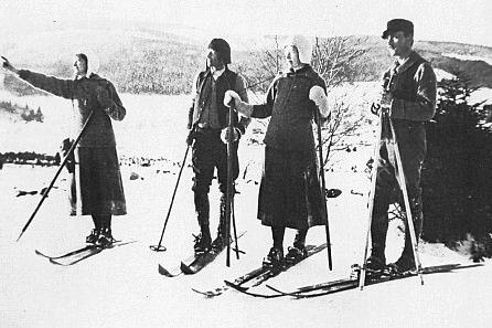 Vzácné foto z prosince 1918, Ing. Ascherl prvý zprava na lyžařském výletu v Prášilech