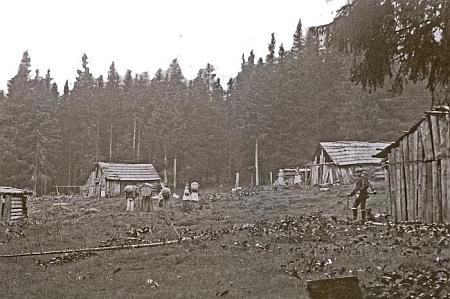 V místech, kde stojí Trampusův křížek, se kdysi nacházela dřevorubecká osada Josefstadt, která měla v době největšího osídlení 6 částí