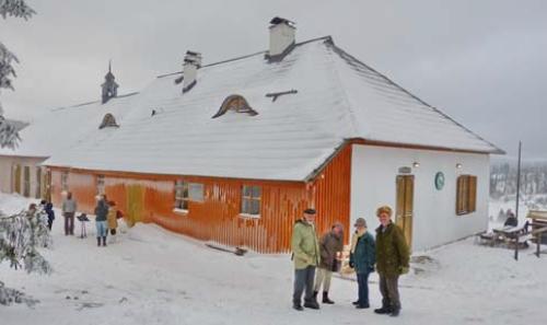 Stojí vpravo se svou ženou Hilde a s manželi Christou a Willim Stegerovými u myslivny na Březníku v zimě roku 2013