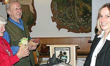 Tady je se svou ženou Hilde odměňován v prosinci 2013 zástupkyní zahrádkářského spolku v bavorském Falkensteinu za přednášku, kterou tu proslovil o Šumavě a Bavorském lese