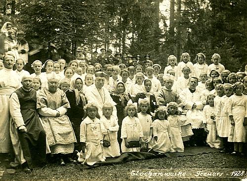 Vzácný snímek ze svěcení zvonů v Trojani 1928 (kaplan Auer stojí prvý zleva)