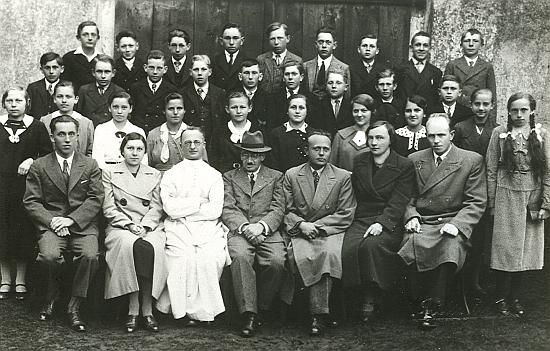 Se žáky a učiteli školy ve Světlíku ve druhé půli třicátých let