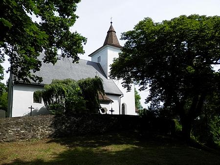 Kostel na Mouřenci mezi kaštany