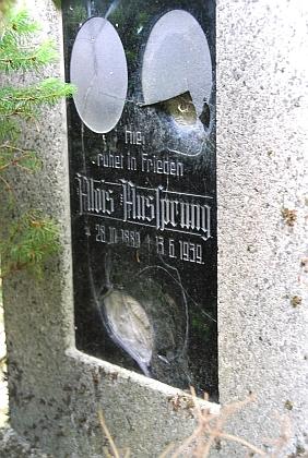 Hrob jednoho z Aussprungů (a jmenovce jeho dědečka) na hřbitově v Mouřenci