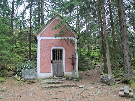 Kaplička sv.Vintíře u Vintířových skal nad Dobrou Vodou u Hartmanic a náhrobek JUDr. Josefa Karla Haška při ní