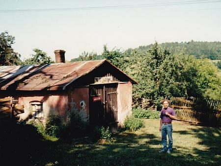 Dnes už zbouraná kundratická hasičská zbrojnice na snímku z roku 1990 - vedle ní stojí Christian Aussprung