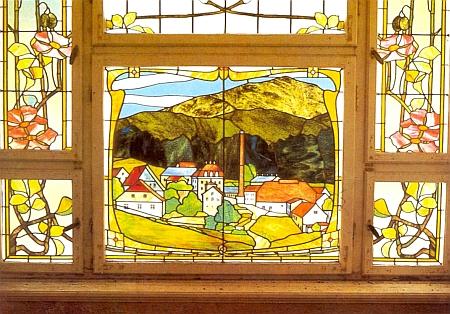 """Secesní skleněné okno z doby kolem roku 1890 se zpodobením panského domu (pro který bylo vytvořeno) a vpravo od něho i """"dolní"""" sklářské hutě v Lambachu, zžízené v roce 1805 Franzem von Baader"""