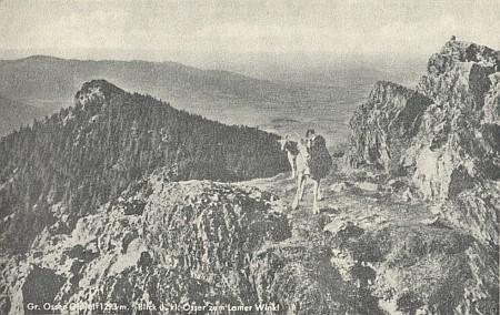 Hraniční hora Ostrý na pohlednici se záběrem ve směru od hlavního z obou vrcholů směrem na Lamer Winkel (Lamský kout)
