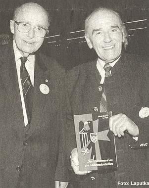 Stojí tu se svou knihou a vedle něho Otto Habsburský