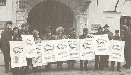 Předává tajemnici velvyslanectví České republiky ve Vídni výzvu ke zrušení Benešových dekretů a stojí před budovou velvyslanectví mezi demonstranty k téže petici