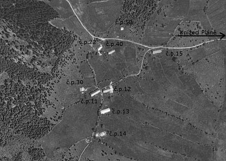 Zaniklé Chaloupky na leteckém snímku z roku 1949 i s vyznačenými čísly popisnými (dům Baierových měl čp. 12, dům jeho rodičů čp. 14)