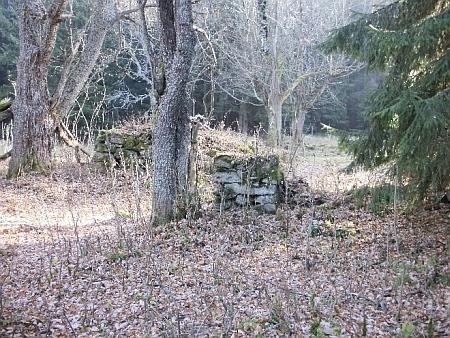 Kříž nedaleko domu čp. 14 a jeho rozvaliny