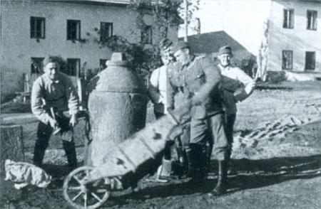 Tři snímky z nacistické propagační publikace zachycují Hintring v říjnu 1938, kdy sem vpochodovali vojáci wehrmachtu