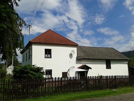 Jeden z mála alespoň částečně dochovaných původních domů v Chlumu