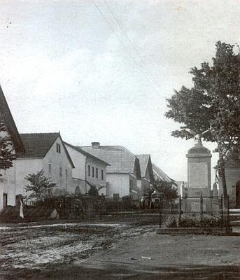 Podle plánku obce by dům čp. 22, kde se v Chlumu narodil, měl být zachycen na této pohlednici vlevo
