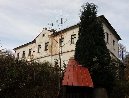 Budova bývalé školy v Českých Žlebech