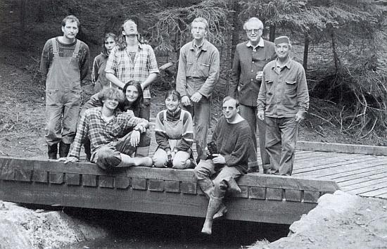 Druhý zprava stojí tu s pracovníky na obnově plavebního kanálu po dokončení rekonstrukce propusti na potoce Ježová