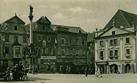 """""""Zlatokorunský dům"""" čp. 12 na českokrumlovském náměstí vpravo na pohlednici Josefa Seidela z roku 1921"""