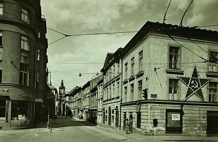 Takto bylo divadlo v Českých Budějovicích vyzdobeno v době budování socialismu