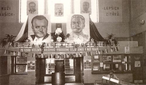 Nádražní hala v Českých Velenicích za časů vrcholného stalinismu