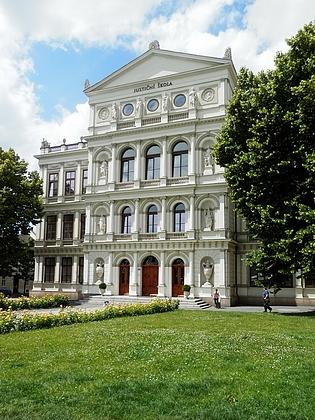 Budova někdejšího učitelského ústavu v Kroměříži, kde studovala