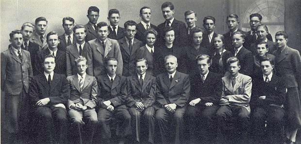 Tady je jeden ze dvou bratří Barthových, kteří druhou světovou válku nepřežili, Bernhard, zachycen prvý zleva vzadní řadě krumlovských gymnazistů rok před maturitou, konanou předčasně, aby mohli všichni až na žáka Wölfla a 4 děvčata narukovat k wehrmachtu