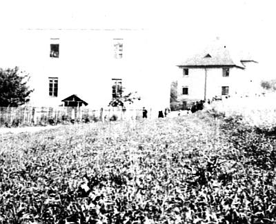 Škola v Kyselově, do níž chodil a obytný dům pro učitele při ní na starším málo kvalitním snímku...