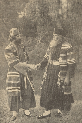 Tento snímek z provedení hořických pašijových her v roce 1912, zachycující Adalberta Urbana v roli Josefa z Arimathie aErharda Ullmanna jako Nikodéma, doprovázel závěr jeho článku na tři pokračování v krajanském časopise