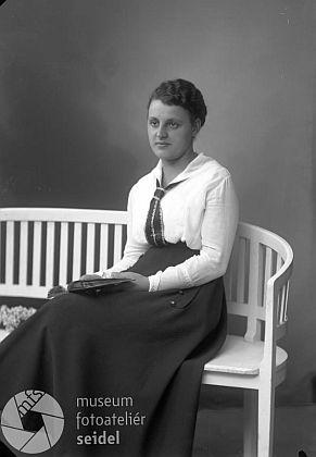 """Franzova sestra Emma, narozená 24. října 1893, na snímku z fotoateliéru Seidel s datem 28. září 1917 apsaném na adresu """"Höritz Schule"""""""