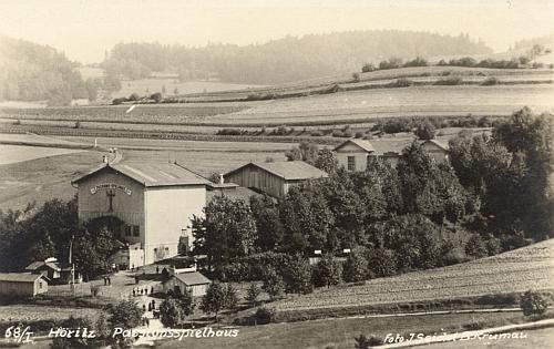 Budova pašijových her na pohlednici Josefa Seidela z roku 1905...