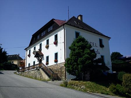 Tato budova sloužila jako hořická škola do roku 1893, zde tedy prožil první roky života