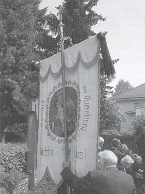 ... a farní korouhev s obrazem Panny Marie na Turmbergu donesli krajané z Malšína