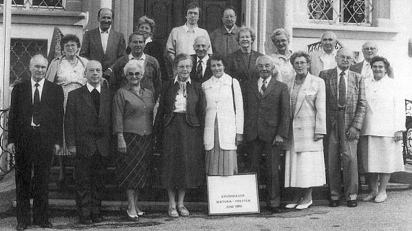 Ve druhé řadě třetí zleva stojí tu s někdejšími krumlovskými maturanty z roku 1940, v první řadě zcela vlevo jeho bratr Johannes