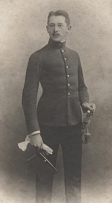 Na kabinetní fotografii (před rokem 1908)