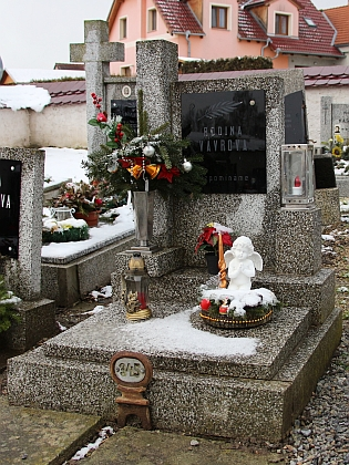 V roce 1994 byla jeho urna uložena do tohoto hrobu na hosínském hřbitově