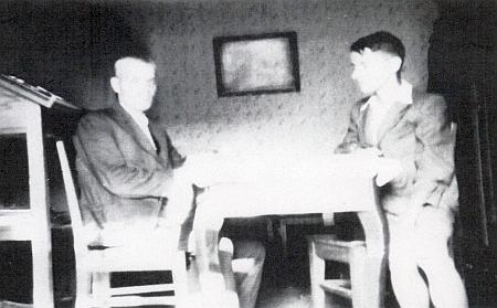 Na nekvalitním snímku z roku 1940 se svým vnukem Otto Bohuminskym (po válce žijícím vdolnobavorské obci Mittich, dnes jen místní části obce Neuhaus am Inn)